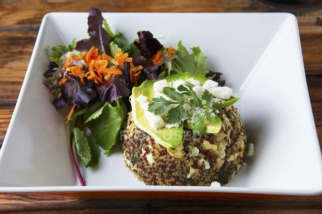 Quinoa mit Avocado in Platte — Stockfoto