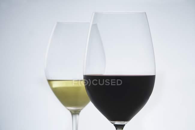 Copos de vinho tinto e branco — Fotografia de Stock