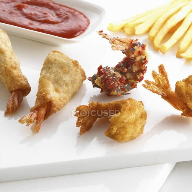 Хорошо прожаренные креветки с картофелем фри и кетчупом — стоковое фото