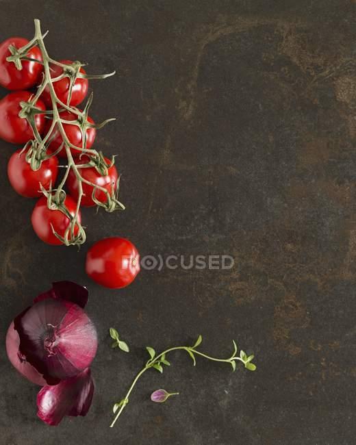 Помідори, червоний лук і чебрецю — стокове фото