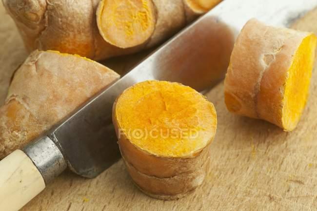 In Scheiben geschnittene Gelbwurz — Stockfoto
