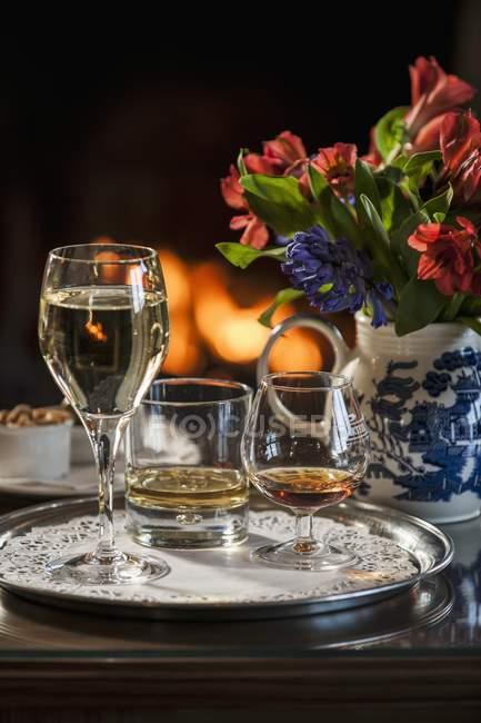 Стакан белого вина, виски и коньяка — стоковое фото