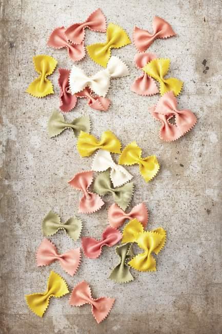 Різні кольорові farfalle макаронних виробів — стокове фото