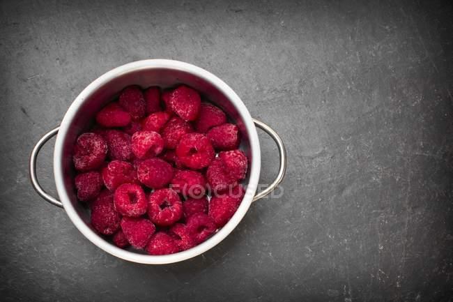 Olla de frambuesas congeladas - foto de stock