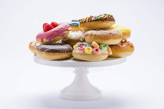 Vários donuts coloridos — Fotografia de Stock