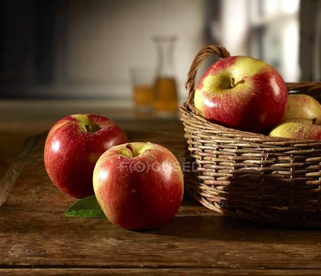 Красные яблоки в корзине — стоковое фото