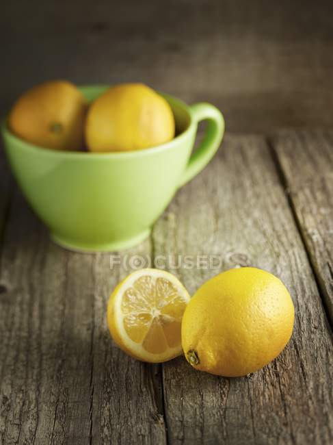 Свежие лимоны и полчаши — стоковое фото