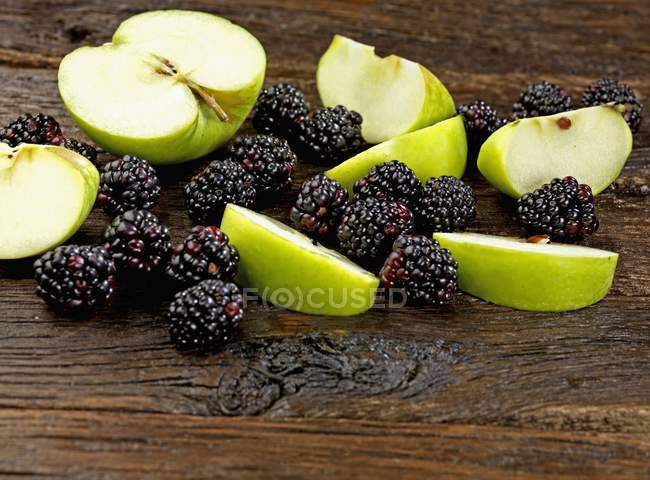 Sliced Apples and blackberries — Stock Photo