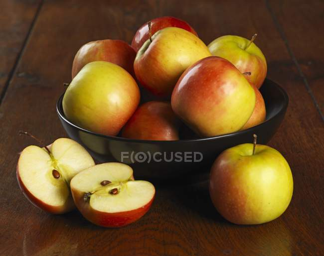 Bowl of fresh apples — Stock Photo