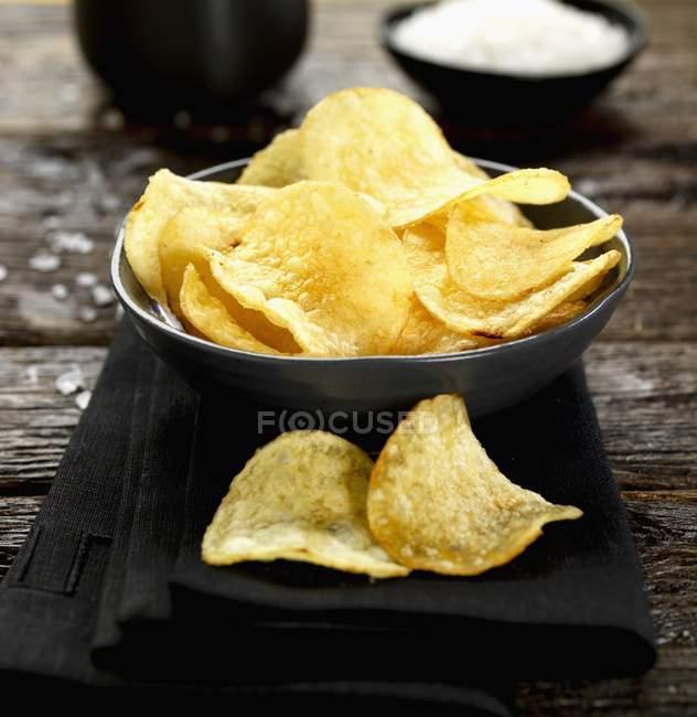 Schüssel mit gesalzenen Chips — Stockfoto