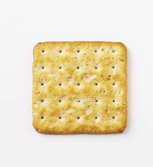Primo piano vista dall'alto di un cracker su superficie bianca — Foto stock