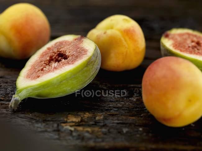 Инжир и абрикосы — стоковое фото