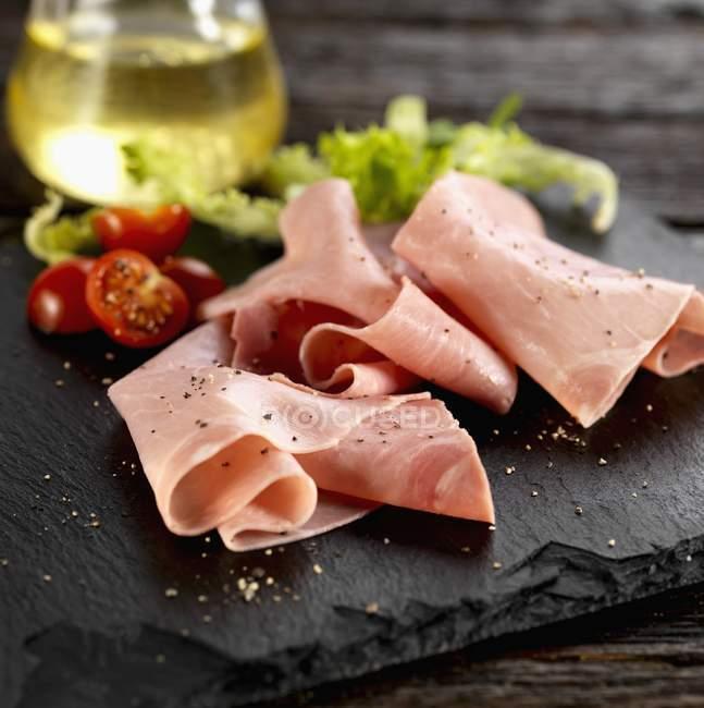 Venezianische Schinken mit Zutaten für Salat — Stockfoto