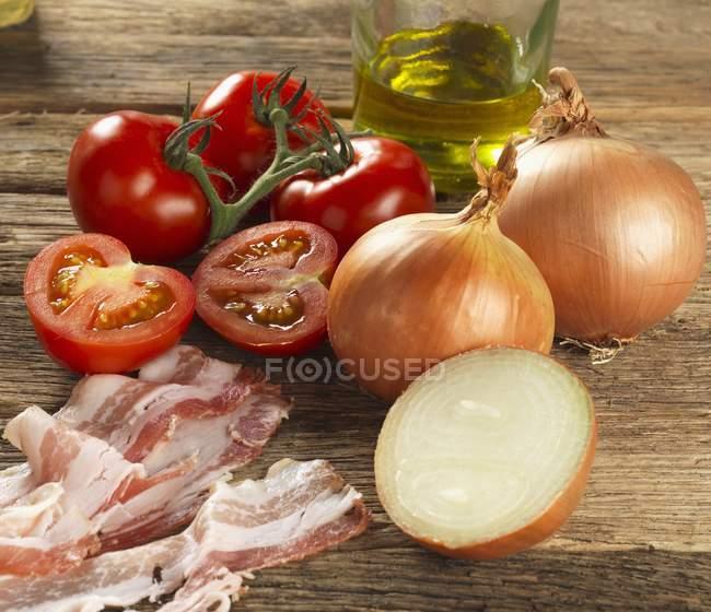 Лук з помідорами та оливковою олією — стокове фото