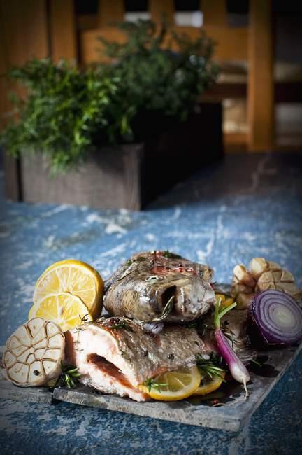 Cod with lemon and garlic — Stock Photo