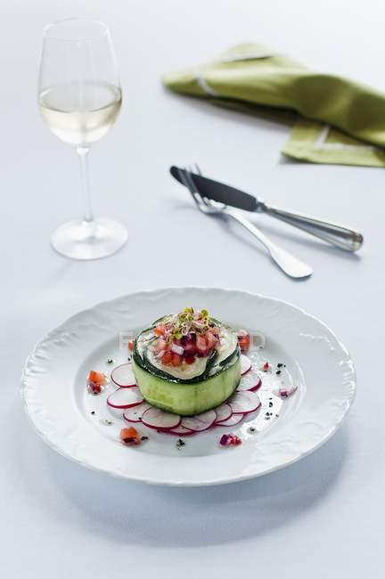 Pastel de verduras en una ensalada de rábano - foto de stock