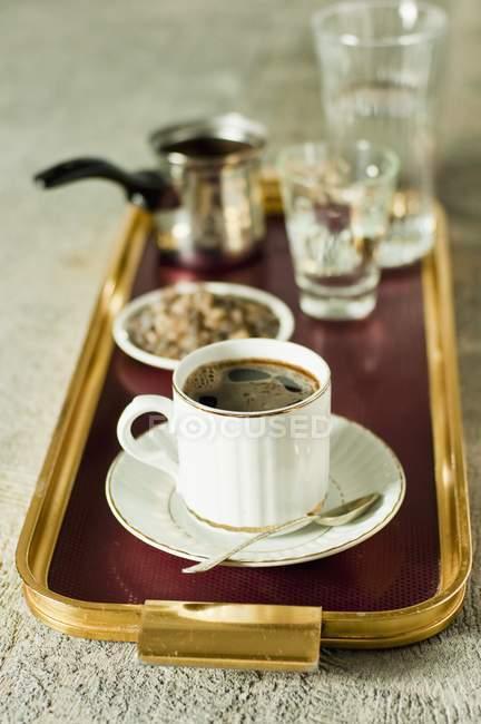 Підвищені вид на турецьку каву і темно каменю цукру на лоток — стокове фото