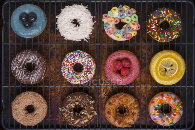 Vários donuts decorados — Fotografia de Stock