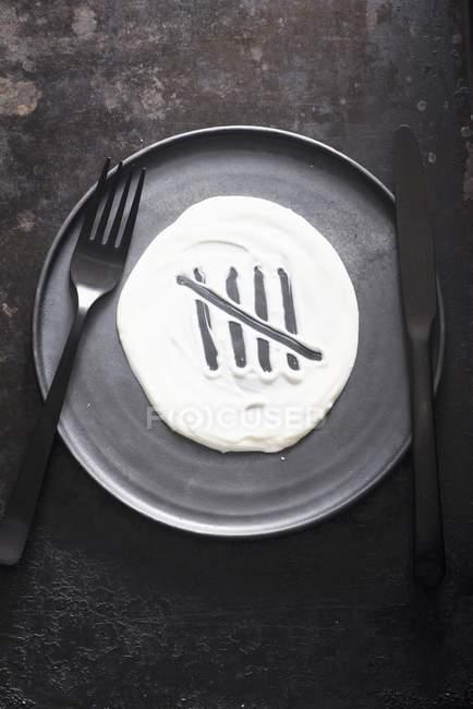 Серая тарелка с столовыми приборами — стоковое фото