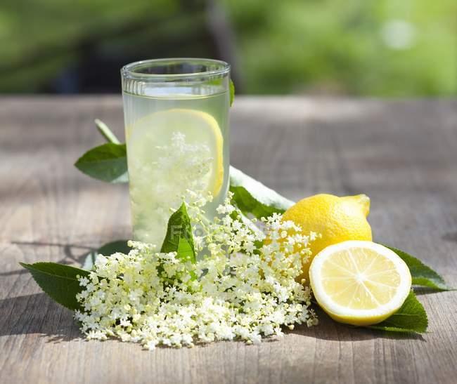 Сок бузины с лимонами — стоковое фото