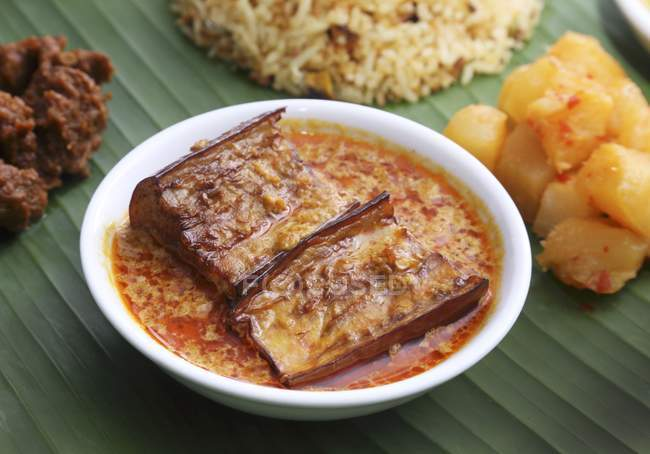Cuisine Nyonya : aubergines au curry et sauce à la noix de coco sur assiette blanche — Photo de stock