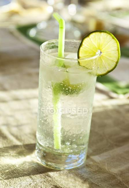 Vodka and tonic with a slice of lime — Stock Photo