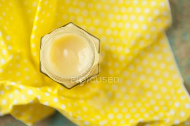 Крупним планом вид зверху домашнє сир лимона в банку на жовтий поверхні — стокове фото