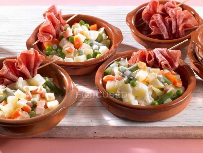 Овочеві салати з сирого шинкою в чаші — стокове фото