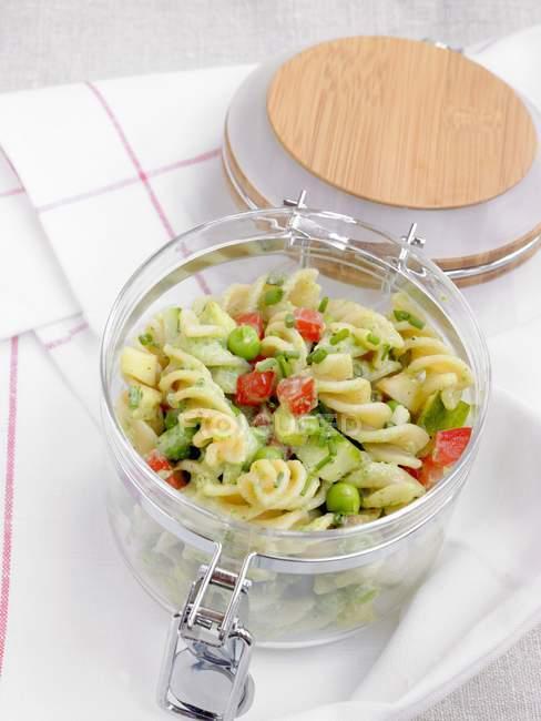 Salada de massa Fusilli com legumes — Fotografia de Stock