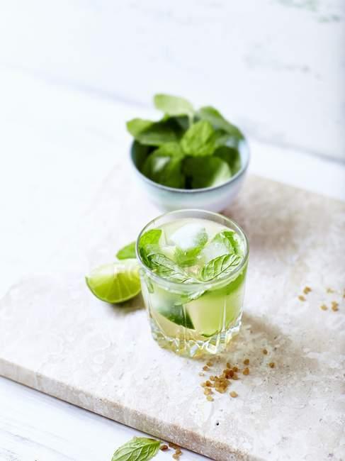 Mojito mit Limetten und Minze im Glas — Stockfoto