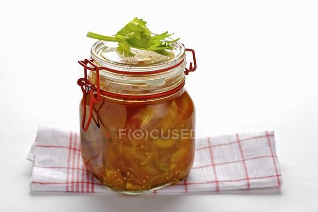 Sedano in casa conservare in vaso sulla tabella — Foto stock