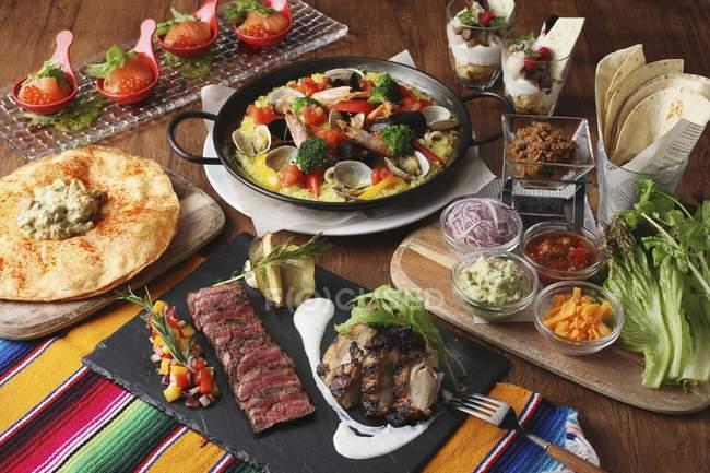Visão elevada de um arranjo de vários alimentos mexicanos — Fotografia de Stock