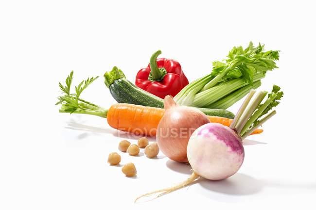 Disposición de verduras sobre fondo blanco - foto de stock
