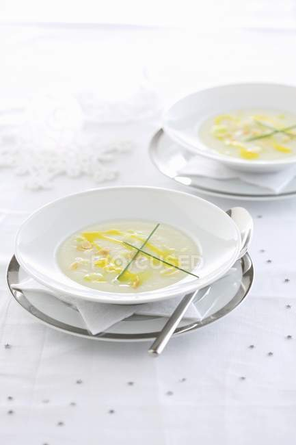 Elevated view of creamy black salsify soup in bowls — Stock Photo
