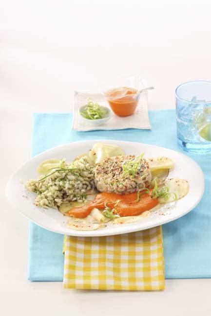 Tartare di salmone fritto con riso — Foto stock