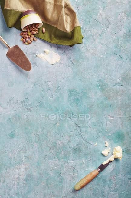 Schalen mit salzigen Pistazien — Stockfoto