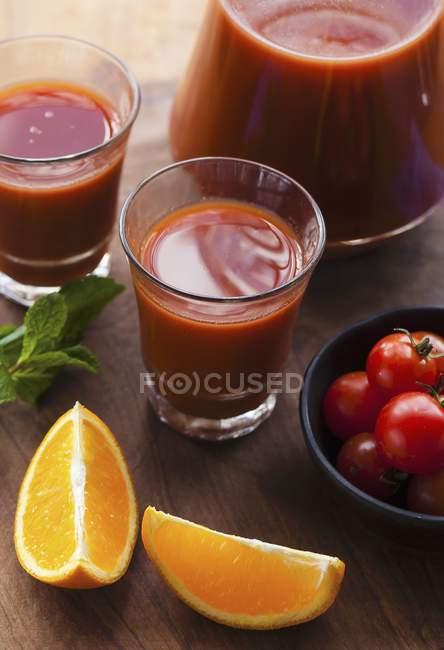 Suco de tomate e laranja — Fotografia de Stock