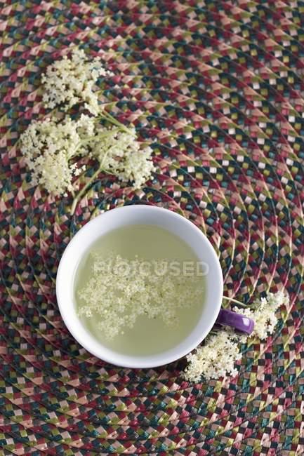 Tasse de thé de fleur de sureau — Photo de stock