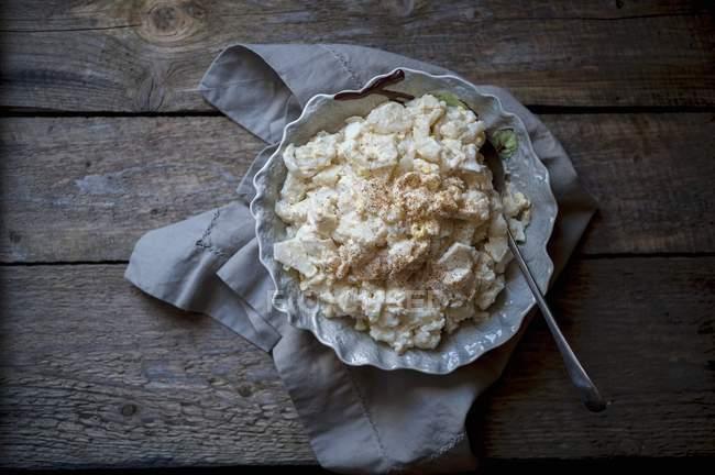 Salada de batata em tigela na toalha — Fotografia de Stock