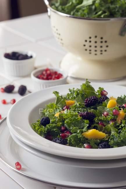 Salade de chou frisé aux mûres — Photo de stock
