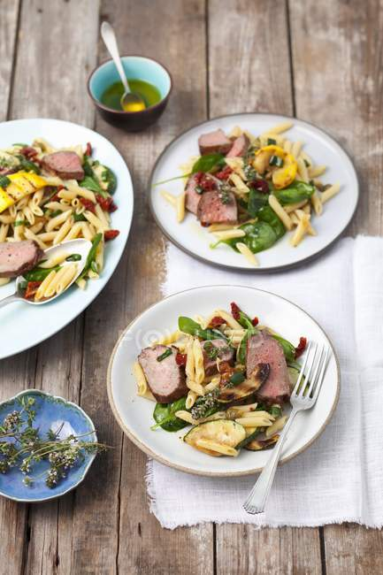 Пенне салат з макаронами — стокове фото