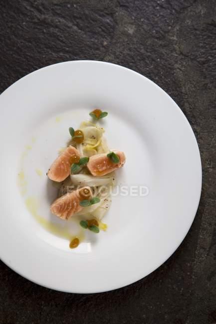 Флэш-жареный лосось — стоковое фото
