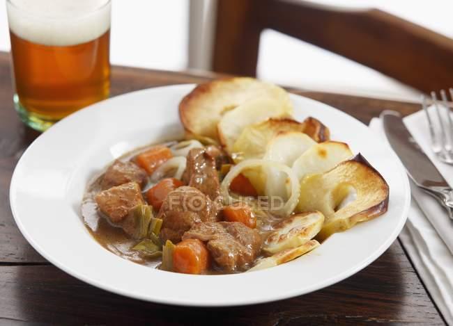 Cazuela de carne con manzana - foto de stock