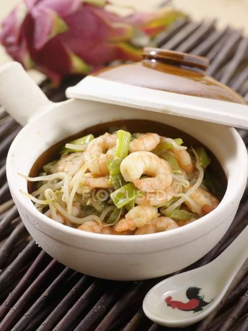 Thai Garnelen curry in weiße Schale über Strohmatte — Stockfoto