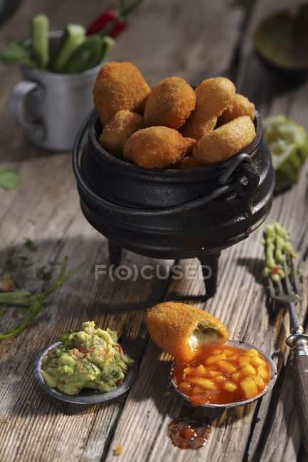 Nahaufnahme von Chicken Nuggets mit zwei Soßen — Stockfoto