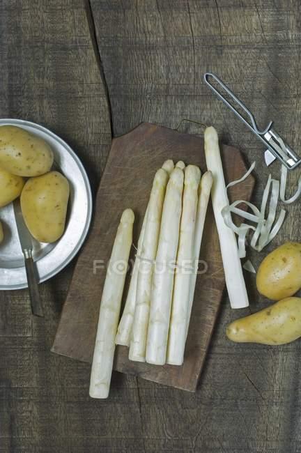 Свежие белые спаржи и картофелем — стоковое фото