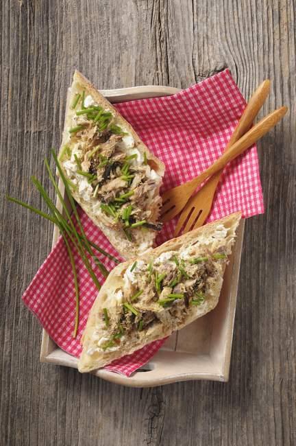 Baguette farcite con rillette sgombro, erba cipollina e peperoncino su superficie di legno — Foto stock