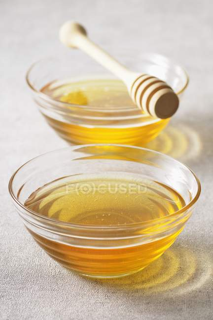Two bowls of honey — Stock Photo