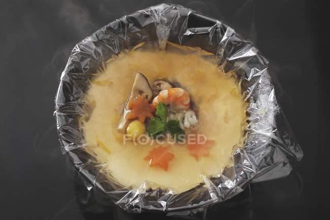 Японський крем яйце в тарілку з мембраною — стокове фото