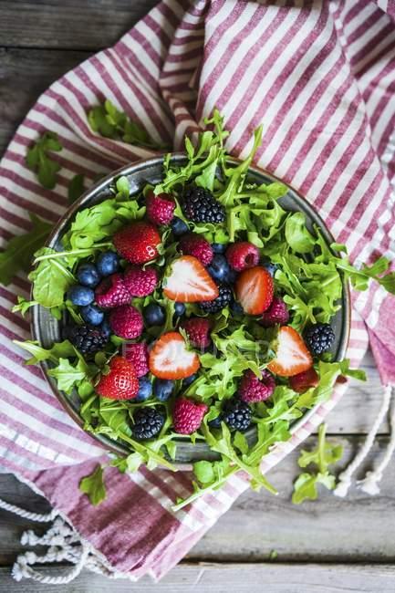 Salada verde com foguete e bagas — Fotografia de Stock